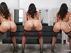 Nude curvy MILF dazzles respecting beauty and dealings skills