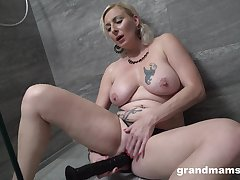 Seductive blonde woman mill her new dildo in a sexy solo